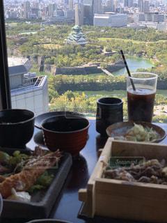 テーブルの上に食べ物のボウルの写真・画像素材[1523603]