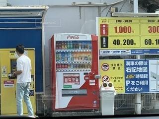 駐車場に立っている男の写真・画像素材[1548638]