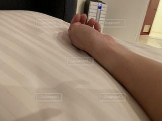 ベッドの上での写真・画像素材[1588698]