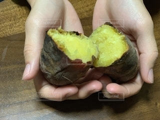 やきいも 焼き芋 手の写真・画像素材[1640698]