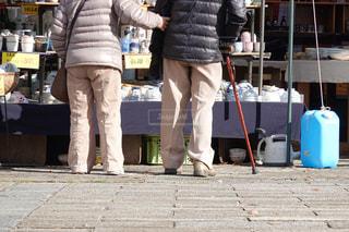 老人 老夫婦 腕を組む 買物の写真・画像素材[1674562]