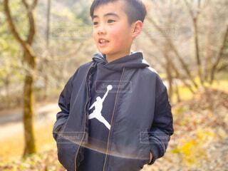 光と男の子の写真・画像素材[4262893]