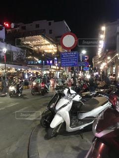 通りの側に止まっているオートバイの写真・画像素材[3501737]