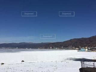 雪の山と水体の写真・画像素材[1001040]