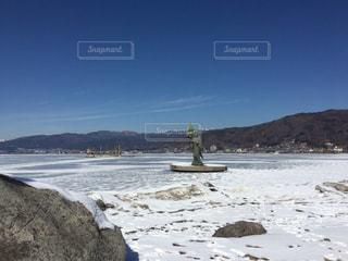背景の山とビーチ - No.1001041