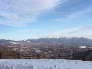雪に覆われた山の写真・画像素材[1017337]