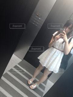 カメラにポーズ鏡の前に立っている女性の写真・画像素材[960490]