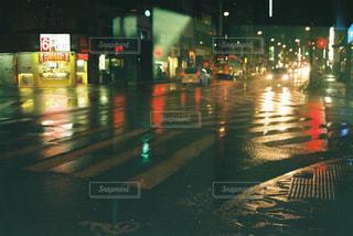 雨 夜のアスファルトの反射の写真・画像素材[1168857]
