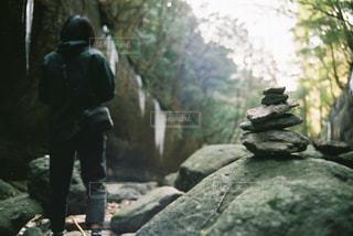 岩の上に座っている人の写真・画像素材[1168859]