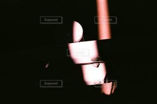 暗闇の中で一筋の光の写真・画像素材[1439141]