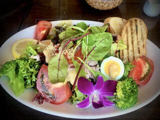ハワイアン料理の店でサラダをいただくの写真・画像素材[4662499]