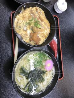トレイの上に食べ物のボウルの写真・画像素材[720352]