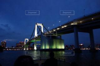 水の体の上の橋の写真・画像素材[1513483]