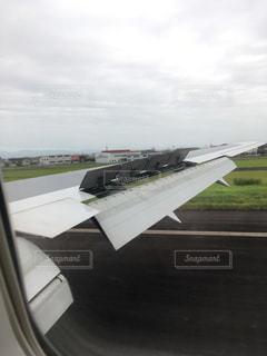 飛行機の滑走路の上に座っています。の写真・画像素材[1409103]