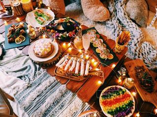テーブルの上に食べ物の写真・画像素材[884253]