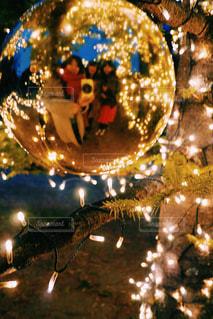 近くにクリスマス ツリーのアップが夜ライトアップの写真・画像素材[912567]