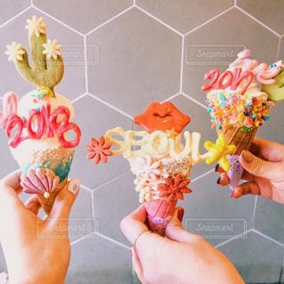 色とりどりの花の花瓶を持っている手の写真・画像素材[960942]