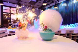 テーブルの上の花の花瓶の写真・画像素材[960946]
