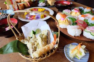 テーブルの上に食べ物のプレートの写真・画像素材[987397]