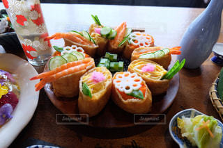 テーブルの上に食べ物のプレートの写真・画像素材[987398]