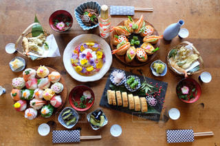 木製のテーブルの上に食べ物の束 - No.987399