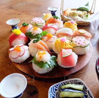 木製のテーブルの上に食べ物のプレートの写真・画像素材[987403]