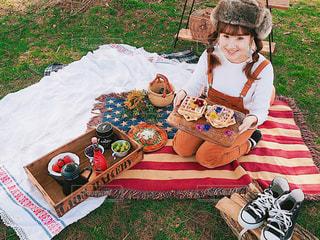 ピクニック用のテーブルに座っている小さな男の子の写真・画像素材[1101329]