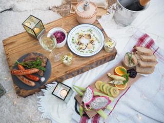 食品のプレートをのせたテーブルの写真・画像素材[1257574]