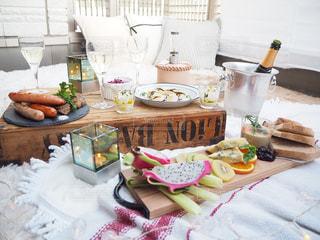 食品のプレートをのせたテーブルの写真・画像素材[1257575]