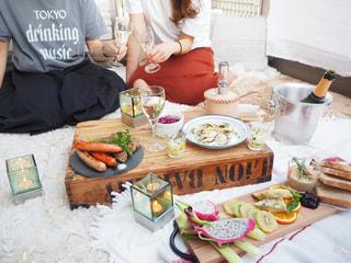 食事のテーブルに座っている女性の写真・画像素材[1257576]