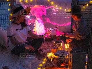 火の周りに座って人々 のグループの写真・画像素材[1257578]