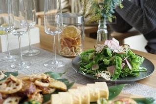 テーブルの上に食べ物のプレートの写真・画像素材[1784328]