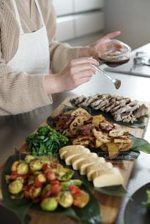食品のプレートを持っている人の写真・画像素材[1784333]
