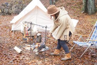 テントの前に立つ人の写真・画像素材[2791476]