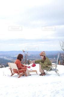 雪の中に座っている人々のグループの写真・画像素材[2799397]