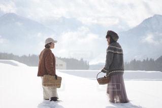 雪の中に立っている人々のカップルの写真・画像素材[2870190]