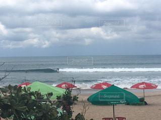 砂浜の上に座っての芝生の椅子のグループの写真・画像素材[908033]