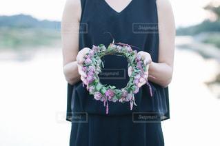 花を持つ女性の写真・画像素材[1141215]