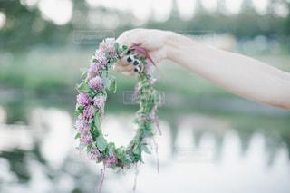 近くに花を持っている手のアップの写真・画像素材[1141218]