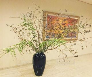 大きなロビーの生花の写真・画像素材[719014]