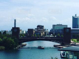バック グラウンドで市と水体の写真・画像素材[778446]