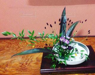 テーブルの上の花の花瓶の写真・画像素材[782756]