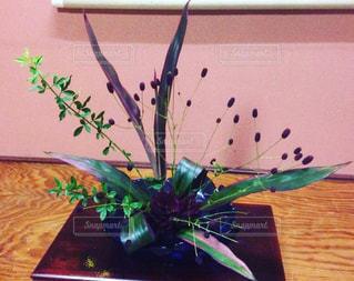 テーブルの上の花の花瓶の写真・画像素材[782757]