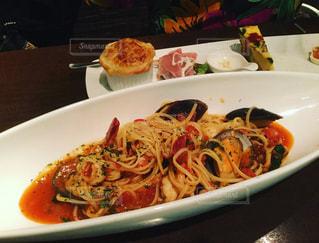 テーブルの上に食べ物のプレートの写真・画像素材[825263]