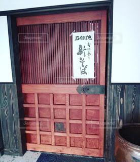 重厚な扉の写真・画像素材[879134]