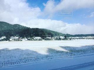 初雪の田園風景の写真・画像素材[934131]