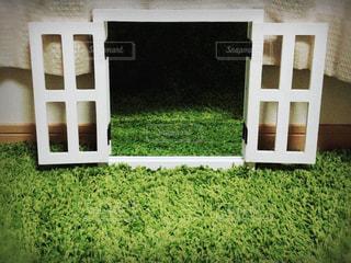 近くの家の前に緑の草原 - No.917150