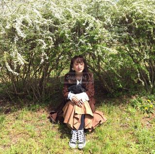 森の横に立っている女性の写真・画像素材[1115054]