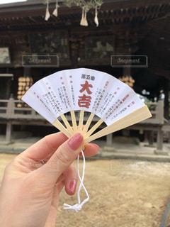 黒傘を持つ手の写真・画像素材[1204349]