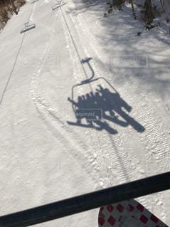 雪に覆われた斜面をスキーに乗る人の写真・画像素材[1077929]